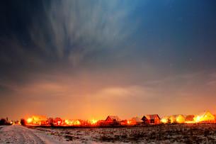 night sky over a settlementの写真素材 [FYI00799900]