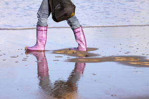 beach walk in rubber bootsの写真素材 [FYI00799960]