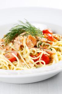 spaghetti with salmonの写真素材 [FYI00800018]