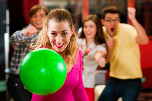 friends bowling in bowling alleyの写真素材 [FYI00800063]
