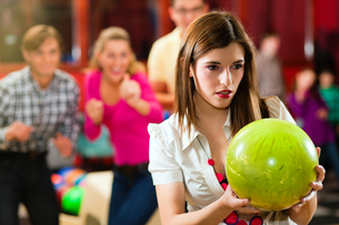 friends bowling in bowling alleyの写真素材 [FYI00800066]