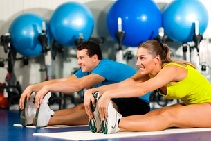 couple in the gym during stretchingの写真素材 [FYI00800155]