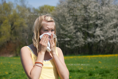 woman with hay fever sneezingの素材 [FYI00800174]