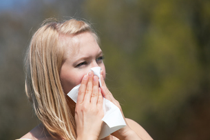 woman with hay fever sneezingの素材 [FYI00800179]
