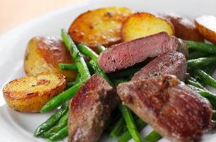 lamb steak with beansの写真素材 [FYI00800258]