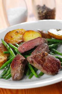 lamb steak with beansの写真素材 [FYI00800259]