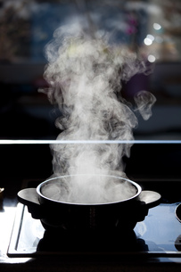 steam rising from a boiling potの写真素材 [FYI00800413]