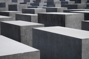 gray concrete blocks of the holocaust memorial in berlinの素材 [FYI00800847]