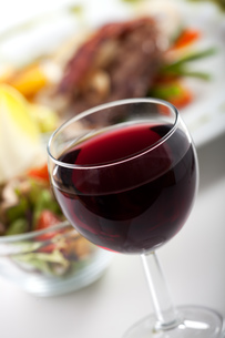 glass of red wine and dinnerの写真素材 [FYI00801257]