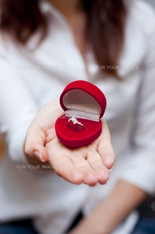 red box for engagement ringの素材 [FYI00801633]