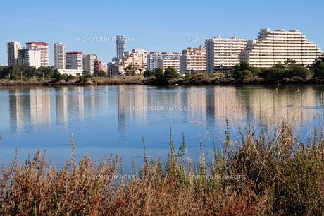 calpe salt lake and skylineの写真素材 [FYI00801750]