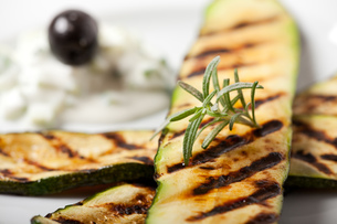grilled zucchini with rosemary leafの写真素材 [FYI00801953]