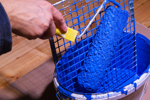 bucket with blue paint and gratesの素材 [FYI00802085]