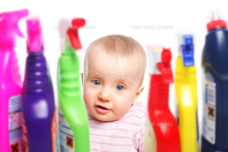 toddler and hazardous cleanersの写真素材 [FYI00802452]