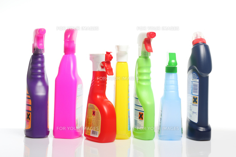 many colorful cleaning supplies in plastic bottlesの素材 [FYI00802500]
