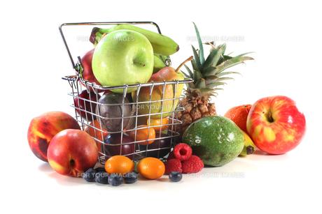 fruit mix in the basketの写真素材 [FYI00803065]