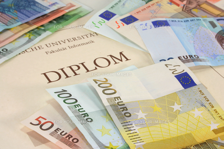 diploma with euro notesの写真素材 [FYI00803074]
