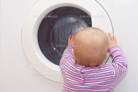 toddler before washingの写真素材 [FYI00803079]