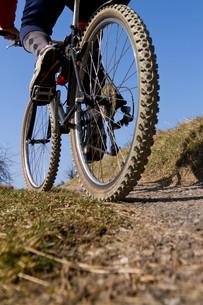 senior on a mountain bikeの写真素材 [FYI00803277]