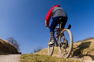 senior on a mountain bikeの写真素材 [FYI00803278]