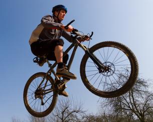 jumping mountain bikerの写真素材 [FYI00803303]