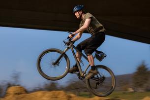 jumping mountain bikerの写真素材 [FYI00803315]