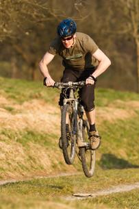 jumping mountain bikerの写真素材 [FYI00803316]