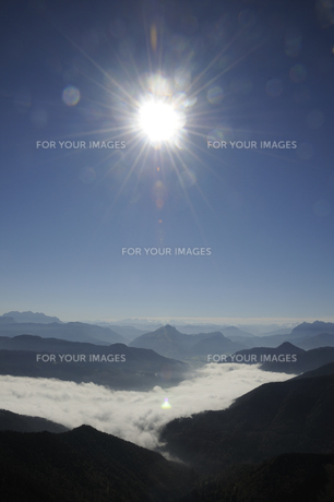 sun in the mountainsの写真素材 [FYI00803417]