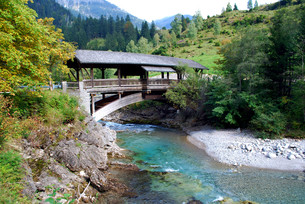 view on a mountain river and an old wooden bridge in bavaria,germanyの写真素材 [FYI00803749]
