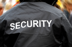 back of a security guard in front of blurred crowdの写真素材 [FYI00803750]