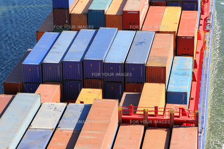 containers on a cargo shipの写真素材 [FYI00804193]