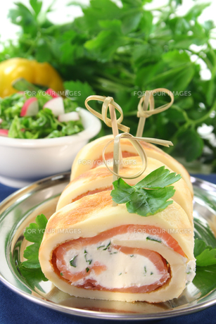 pancakes with salmon and cream cheeseの写真素材 [FYI00804733]