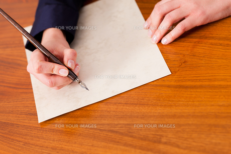 woman writes a letter with pen and inkの写真素材 [FYI00804872]