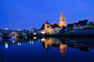 old town of regensburg at night,germanyの写真素材 [FYI00805018]