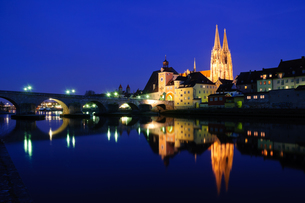 old town of regensburg at night,germanyの写真素材 [FYI00805028]