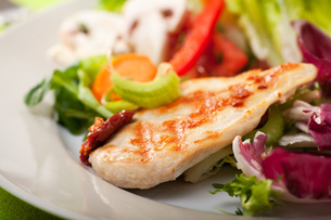 piece grilled chicken breast on saladの写真素材 [FYI00805603]
