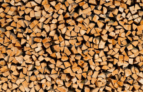 woodpile in sunlight - background imageの写真素材 [FYI00805714]