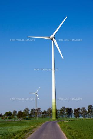 two wind turbinesの写真素材 [FYI00806503]