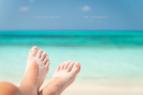 sandy feet on the beachの写真素材 [FYI00806706]
