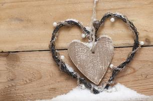 wooden heart with perls in snowの写真素材 [FYI00806923]