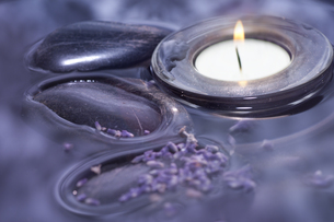 luxury with lavender bath waterの写真素材 [FYI00806939]