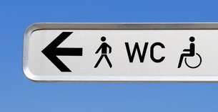 toilet sign in the city - city conceptの写真素材 [FYI00807211]