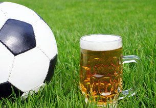 soccer & beer - beer & footballの写真素材 [FYI00807237]