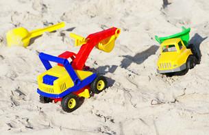 toys on the sandy beach - toys at the beachの写真素材 [FYI00807246]