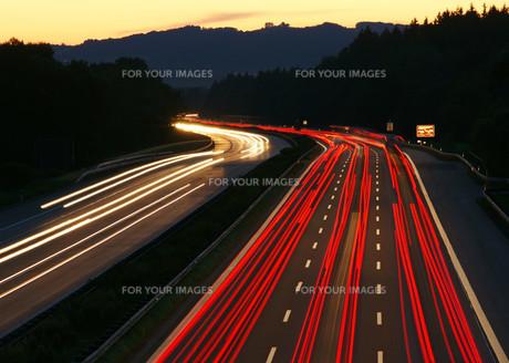 highway evening - motorway sunsetの写真素材 [FYI00807354]