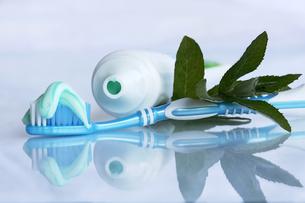 healthy teeth by brushingの写真素材 [FYI00807746]