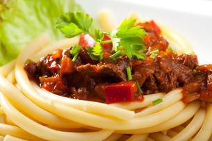hungarian goulash with macaroni pastaの写真素材 [FYI00808335]