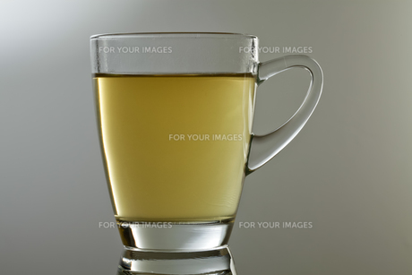 green tea with reflectionの写真素材 [FYI00808971]