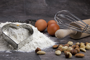 baking egg and flour for biscuitsの写真素材 [FYI00809014]