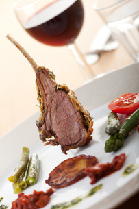 grilled lamb chops with wineの写真素材 [FYI00809091]